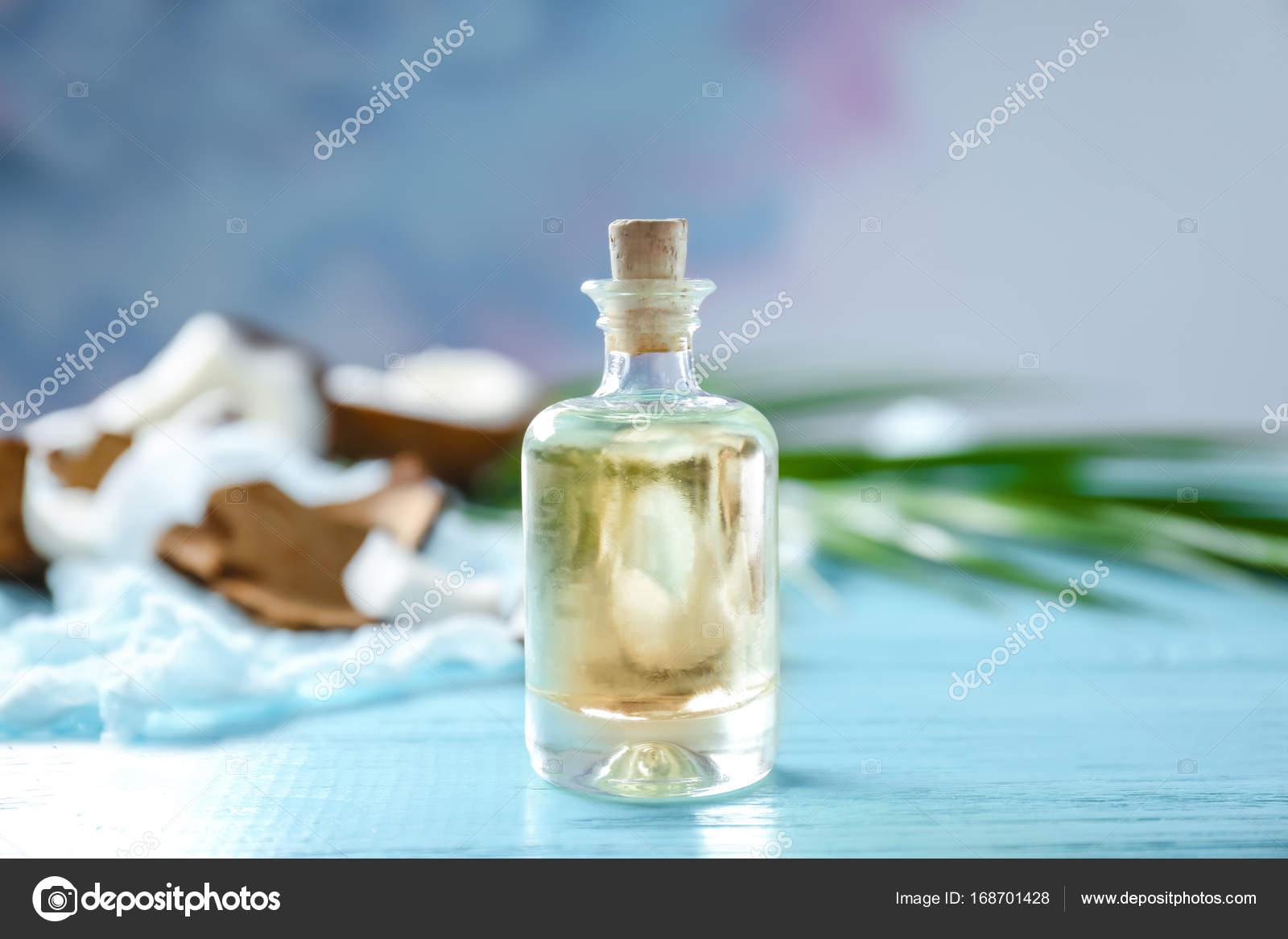 Flasche mit Kokosnuss-Öl auf Holztisch — Stockfoto ...