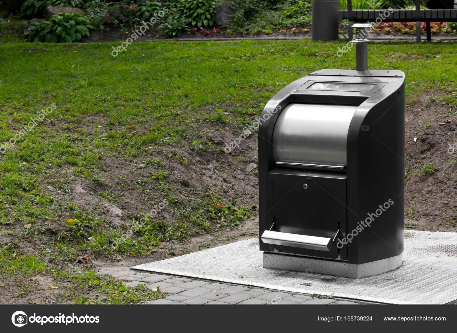 Bidone della spazzatura metallo moderno u foto stock belchonock