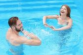 mladý pár v bazénu