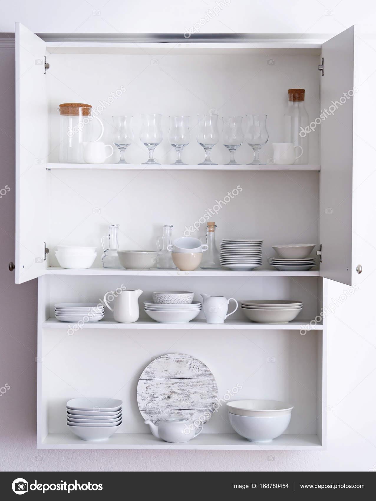 Küchenschrank mit verschiedenen sauberes Geschirr — Stockfoto ...