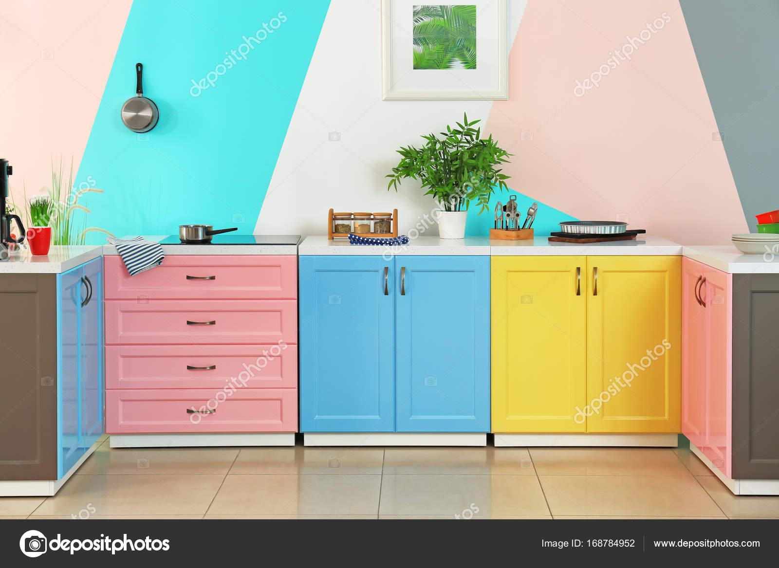 Intérieur de cuisine colorée — Photographie belchonock ...
