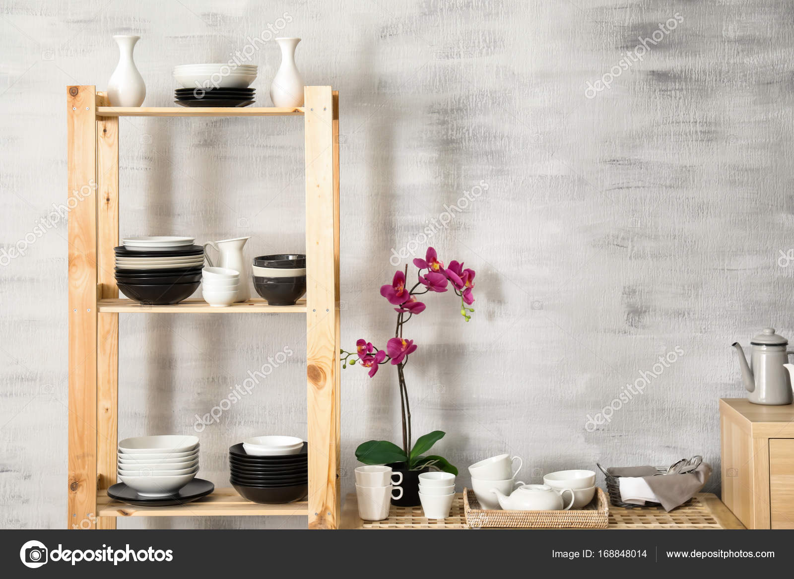 Intérieur de cuisine moderne avec support de rangement en bois et de ...