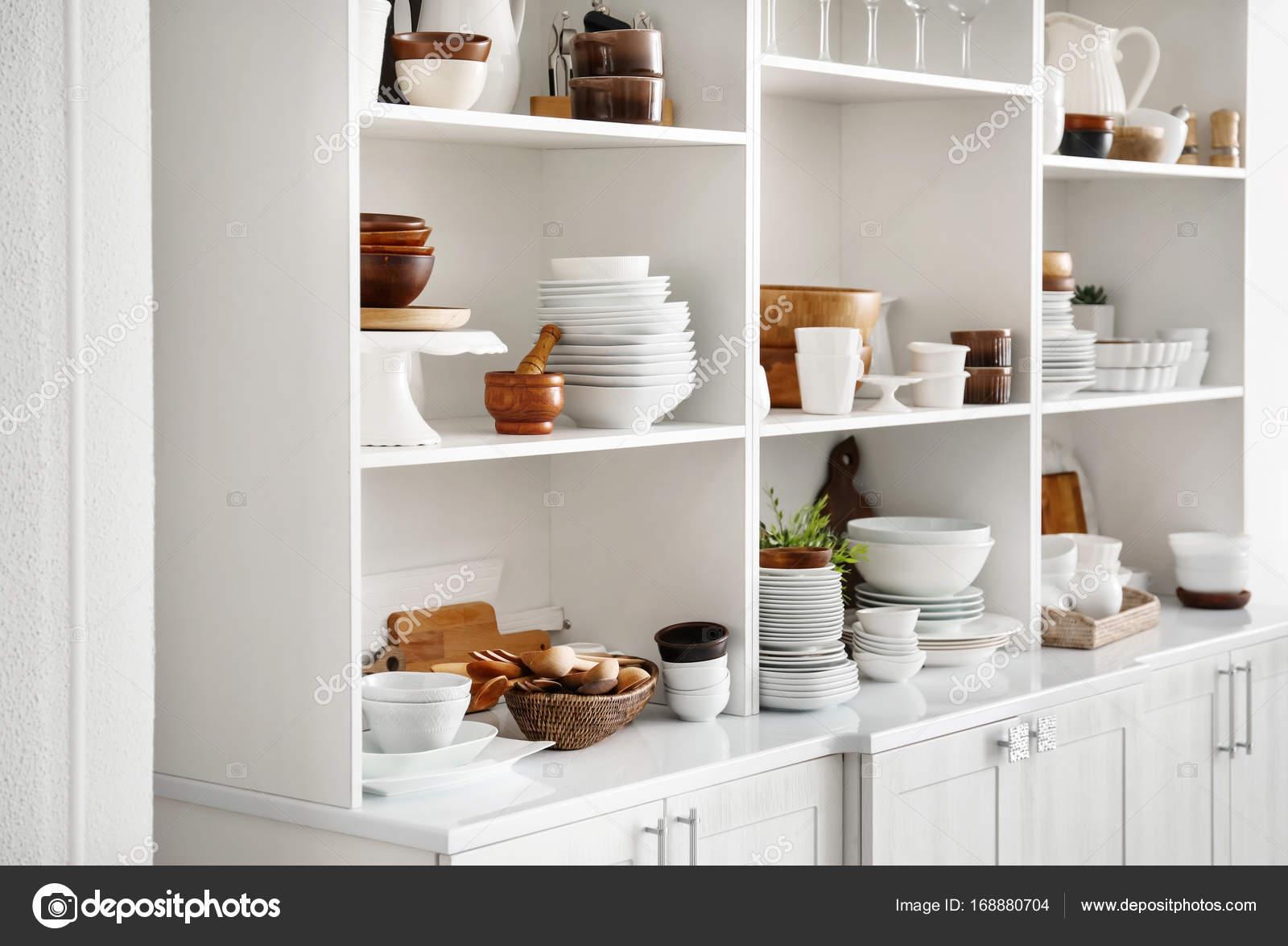 Weiße Speicher Stand mit Keramik und Holz Geschirr in der Küche ...