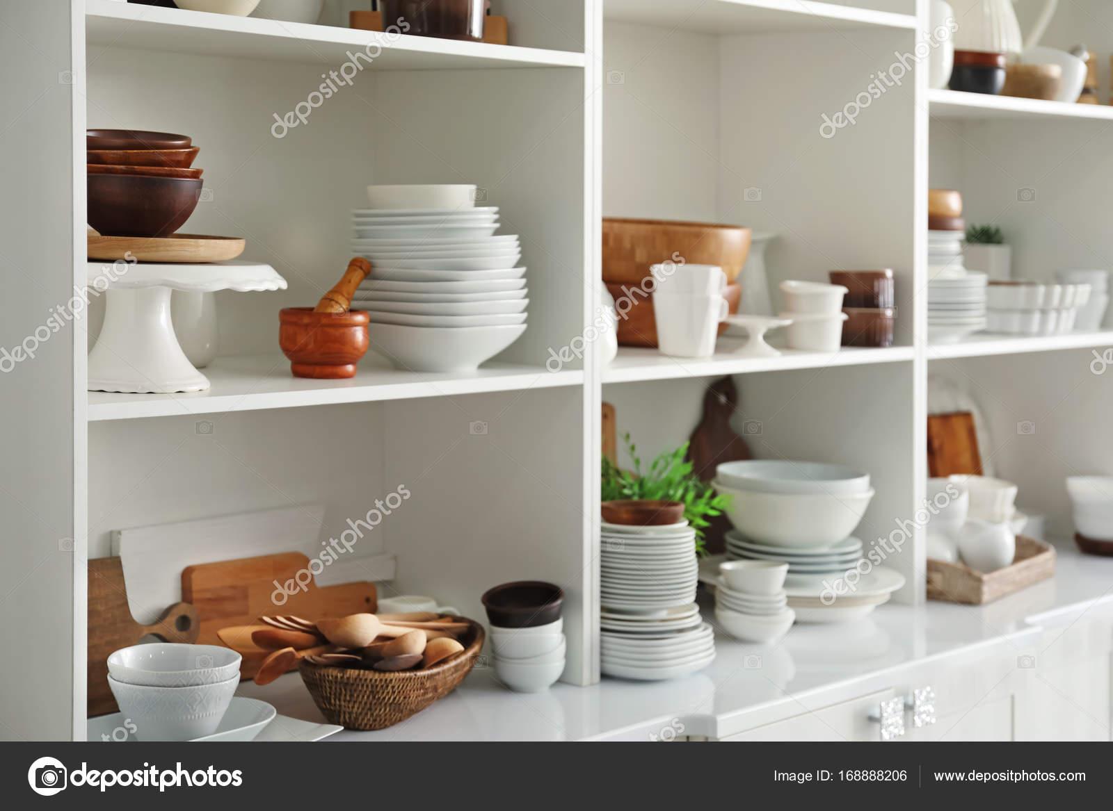 Keramik Küche   Weisse Speicher Stand Mit Keramik Und Holz Geschirr In Der Kuche