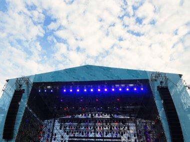 Open air stage illumination