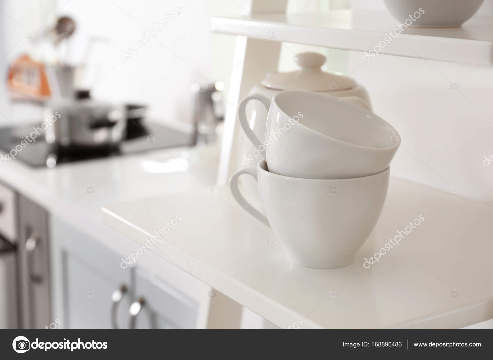 Tazze sulla mensola in cucina moderna — Foto Stock © belchonock ...
