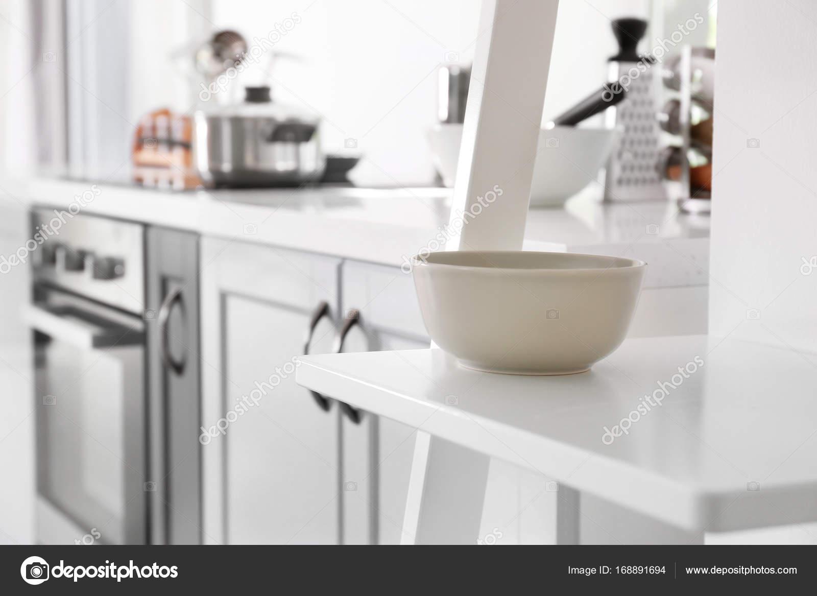 Tigela Na Prateleira Na Cozinha Moderna Stock Photo Belchonock