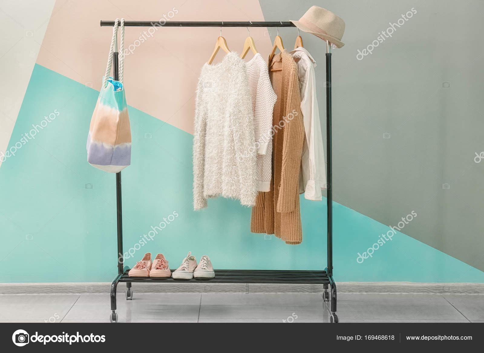 Aprikose Kleidung Und Accessoires Auf Rack In Der Nahe Von Trendigen