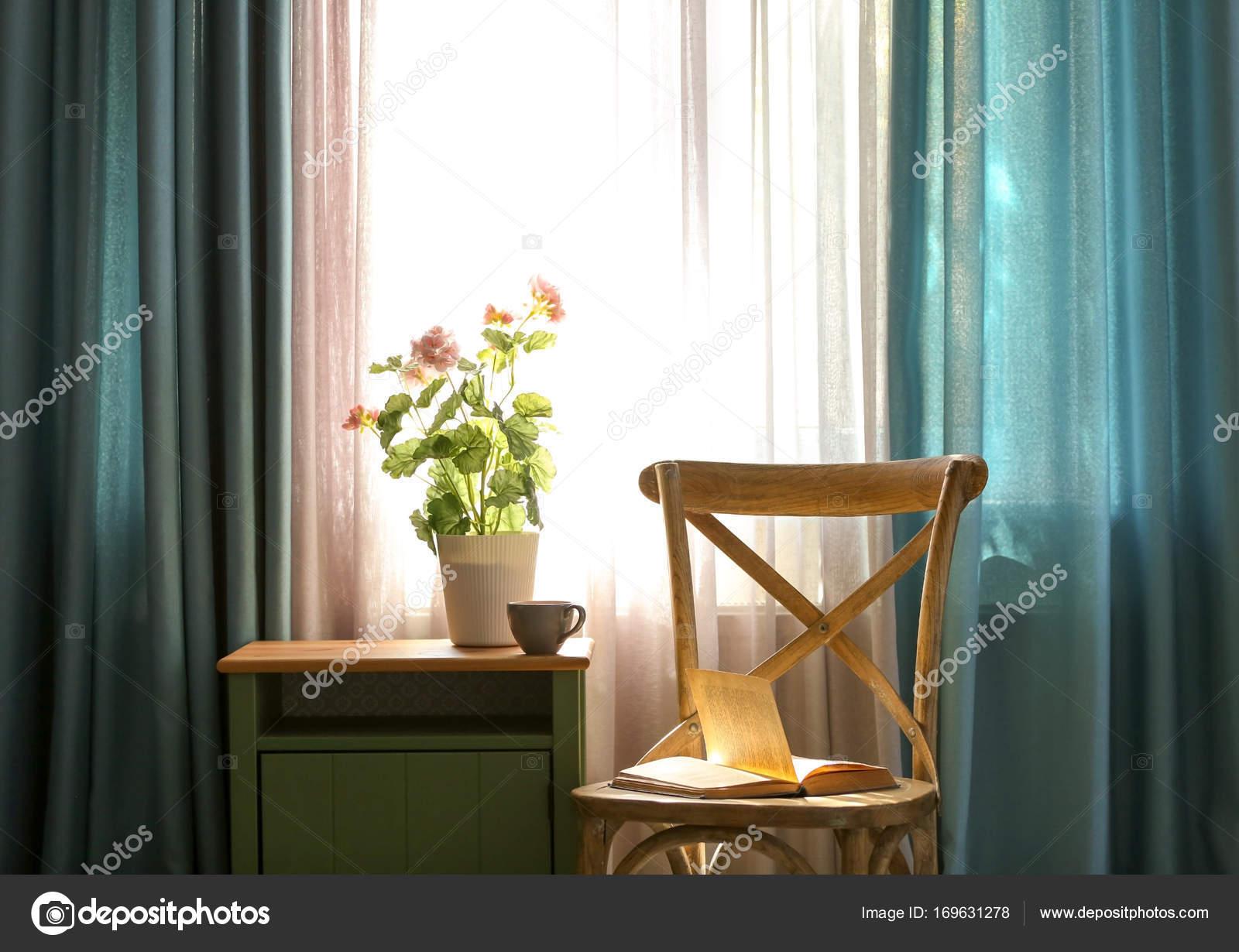 Bello interiore della camera con tende finestra u2014 foto stock