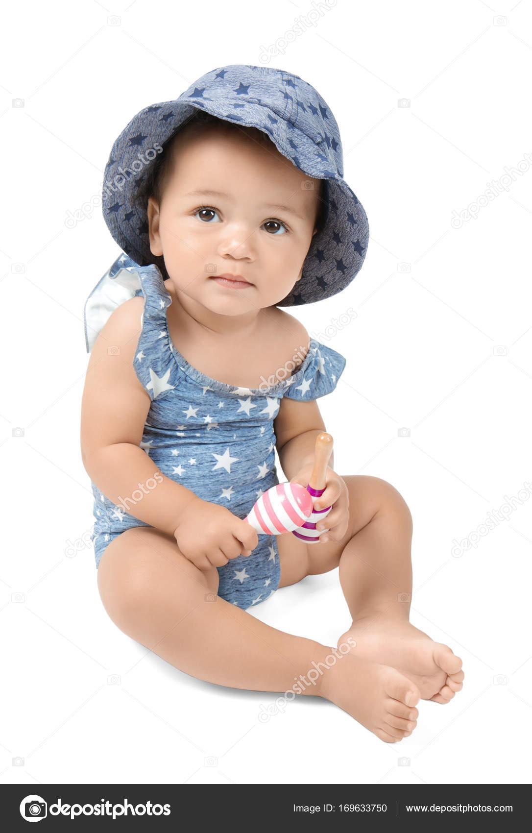 Piccolo bambino sveglio in costume da bagno e cappello ce0bfde44dcd