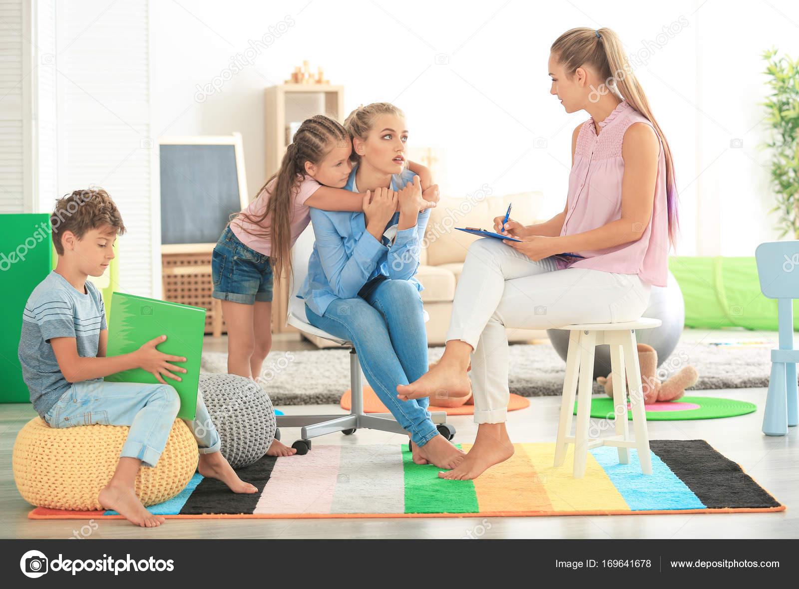 Psychologue pour enfants jeunes travaillant avec la famille au