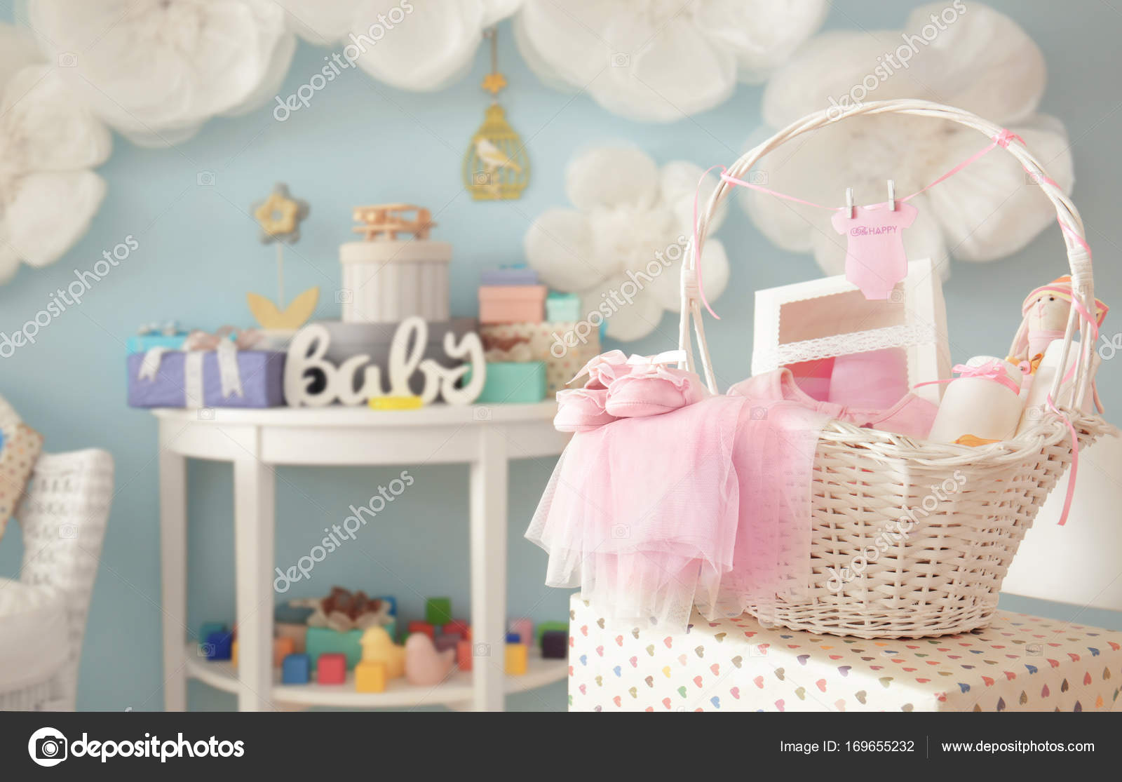 Regalos Para Baby.Wicker Basket With Gifts For Baby Shower Indoors Stock