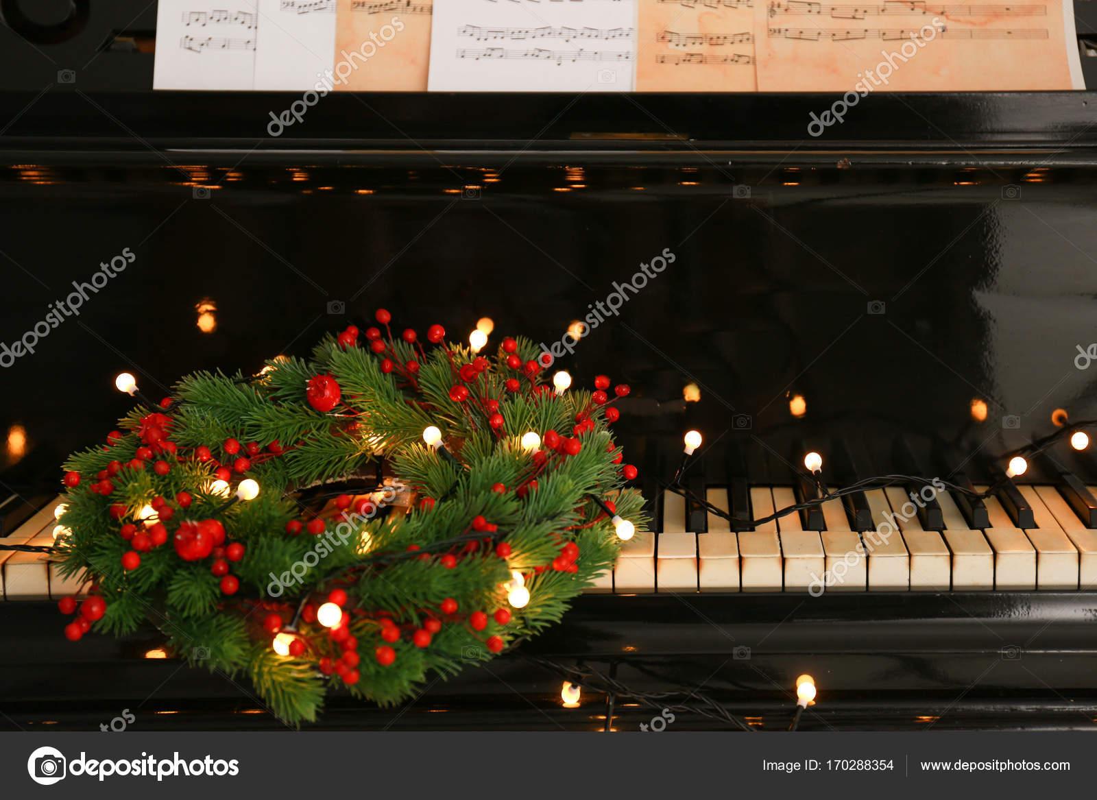 https://st3.depositphotos.com/1177973/17028/i/1600/depositphotos_170288354-stockafbeelding-piano-klavier-met-kerst-krans.jpg