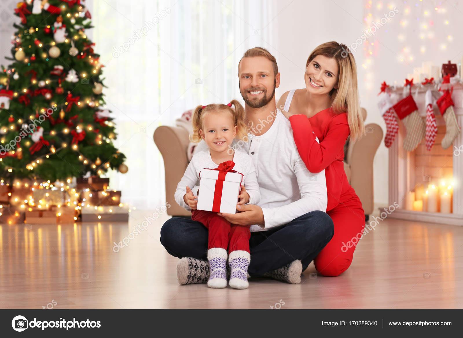 Brautpaar mit Tochter und Weihnachtsgeschenk zu Hause — Stockfoto ...