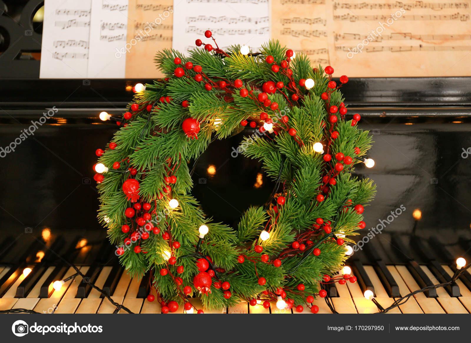 piano klavier met kerst krans en verlichting stockfoto