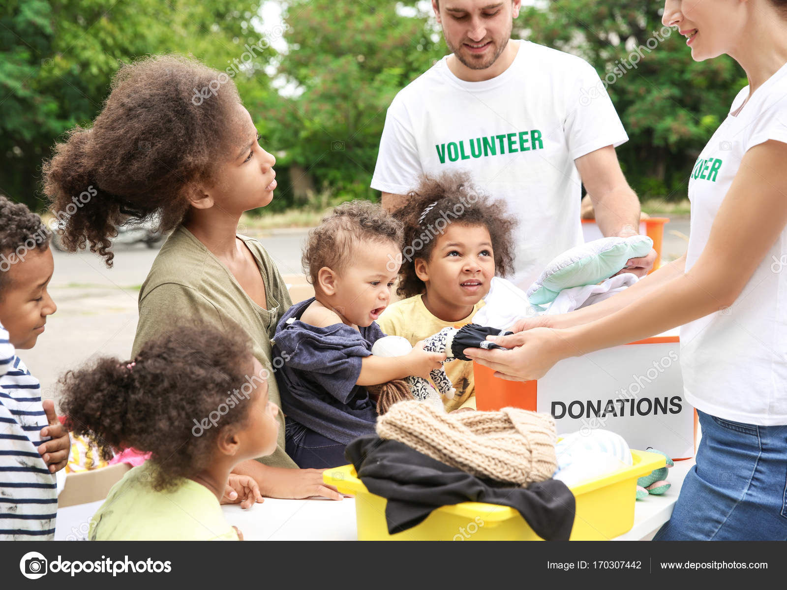 Niños Reparto Y Voluntarios De Con Los Africanos Juguetes Ropa WIeD9bEYH2
