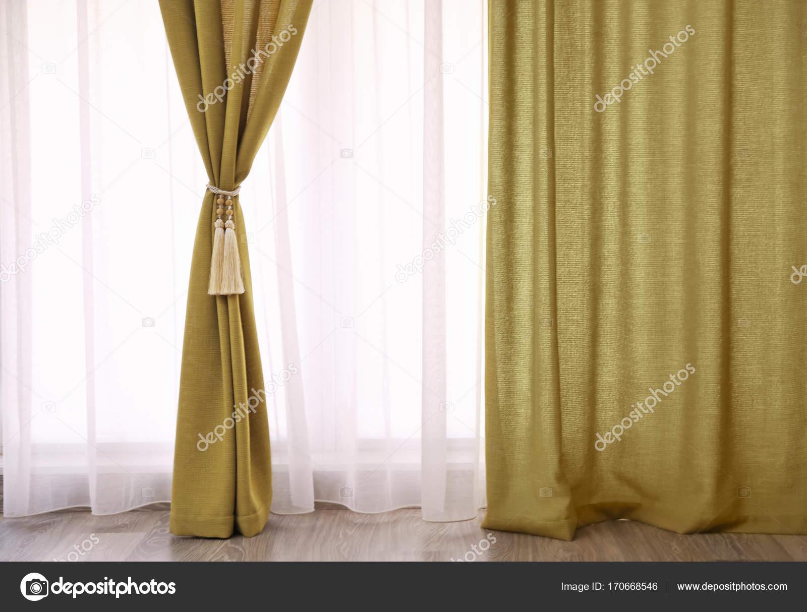mooie gordijnen met tieback binnenshuis stockfoto
