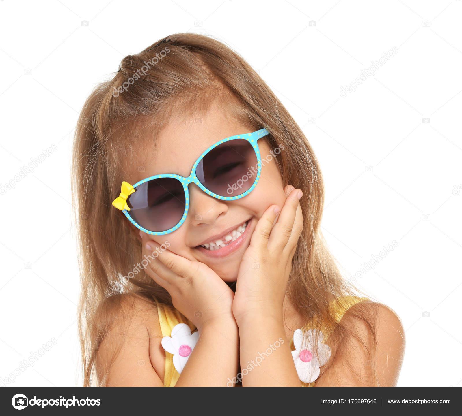 711013ebf8 Adorable petite fille avec des lunettes de soleil sur fond blanc– images de  stock libres de droits