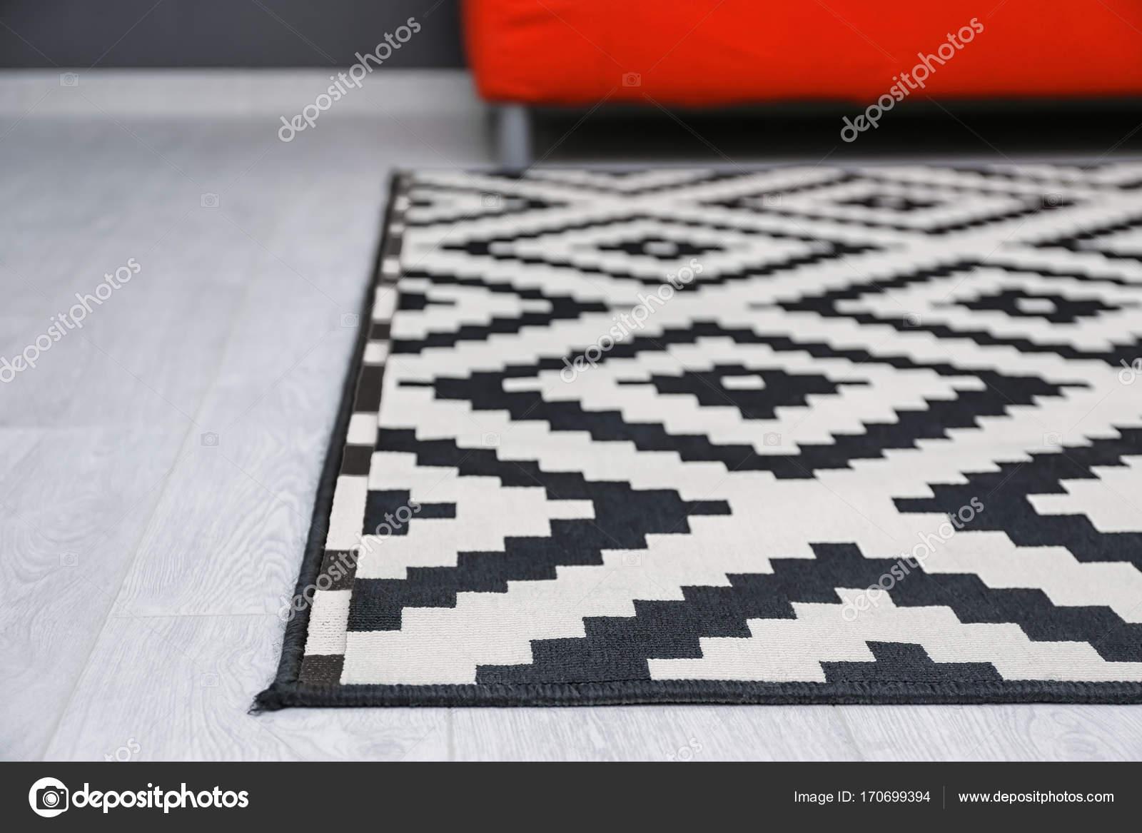 Tapijt Zwart Wit : Zwart wit tapijt op de vloer in de woonkamer close up u stockfoto