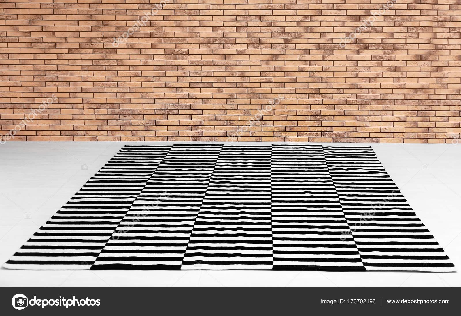 Tapijt Zwart Wit : Zwart wit gestreepte tapijt op de vloer binnenshuis u stockfoto