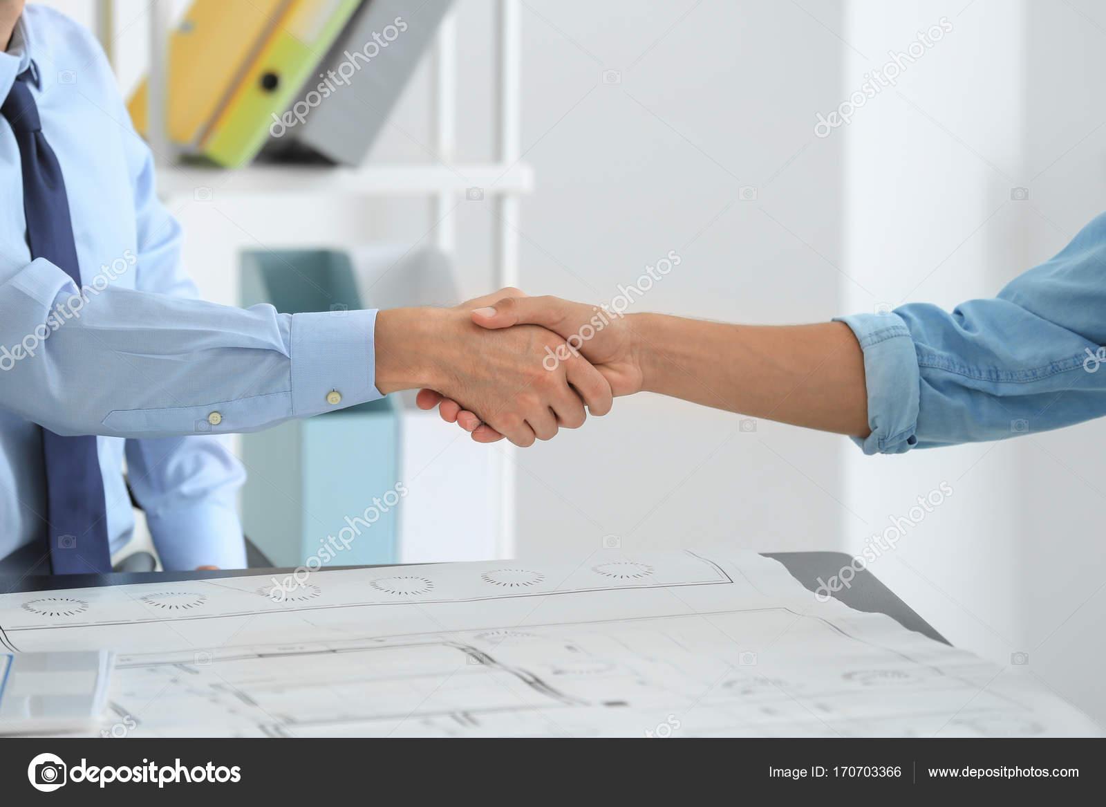 Courtier immobilier et client se serrant la main au bureau - Chambre des courtiers immobiliers ...