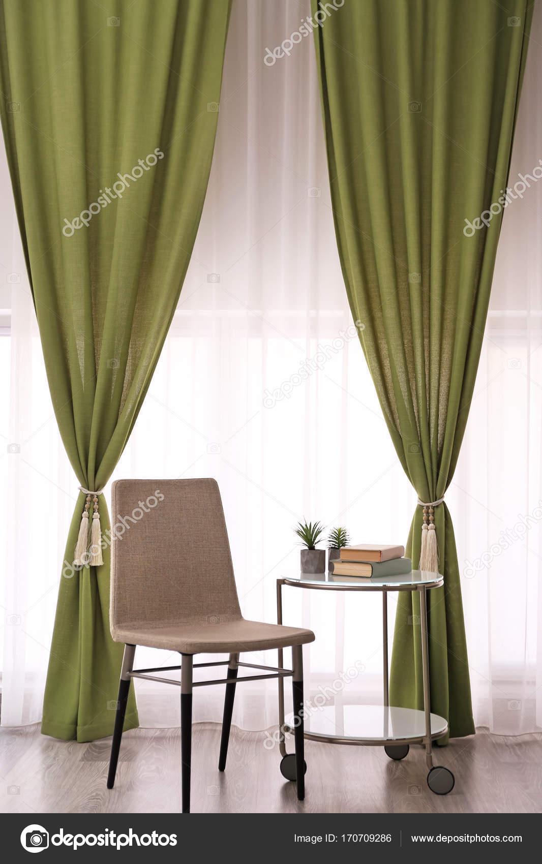 kamer interieur met mooie gordijnen stockfoto