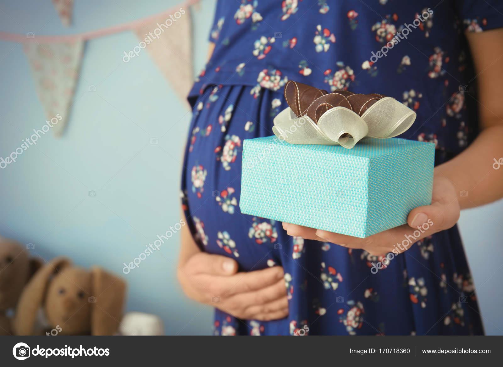 Zwangere Vrouw Bedrijf Cadeau Stockfoto Belchonock