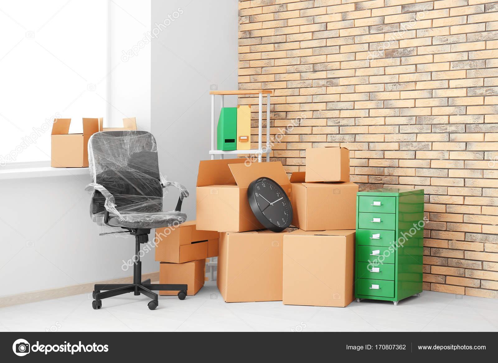 Concept de bureau de déménagement boîtes en carton et mobilier