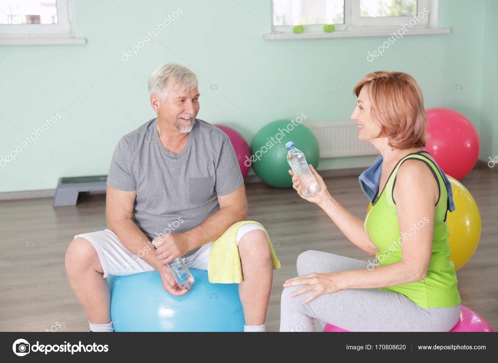 38154c6c4e11 Ώριμη γυναίκα και άντρας στο γυμναστήριο — Φωτογραφία Αρχείου ...