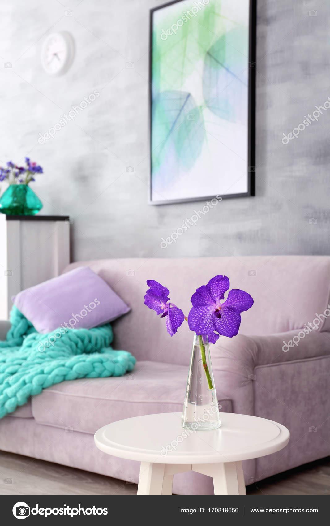 Lila Akzent In Modernen Interieur. Tisch Mit Blumen Und Bequemen Couch Im  Wohnzimmer U2014 Stockfoto