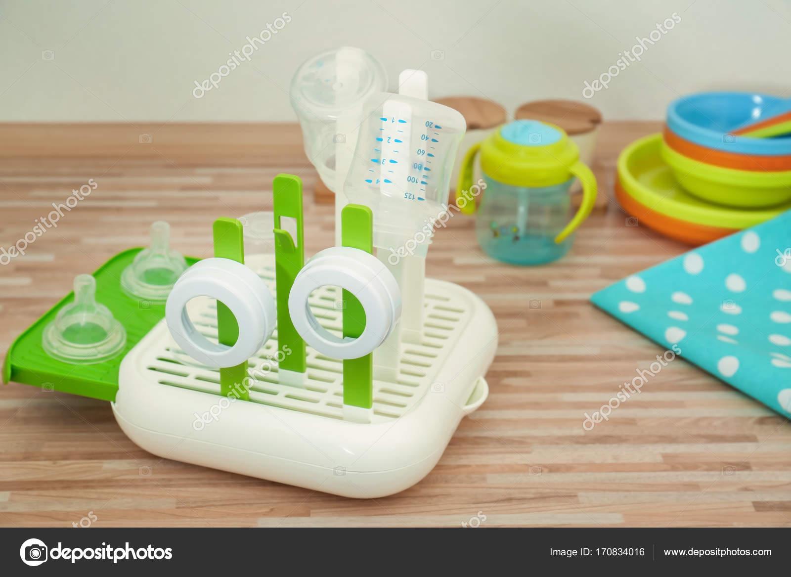 Trockner mit babyflaschen auf tisch u stockfoto belchonock