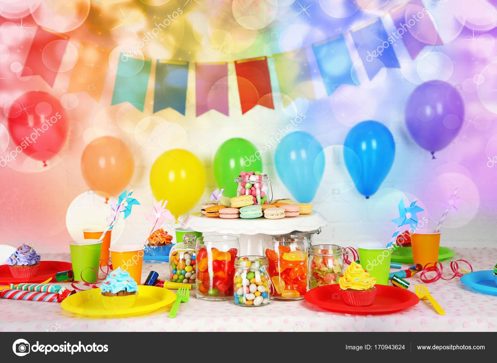 Tavolo Compleanno Bambini : Preparato compleanno tavolo con dolci per festa bambini u foto