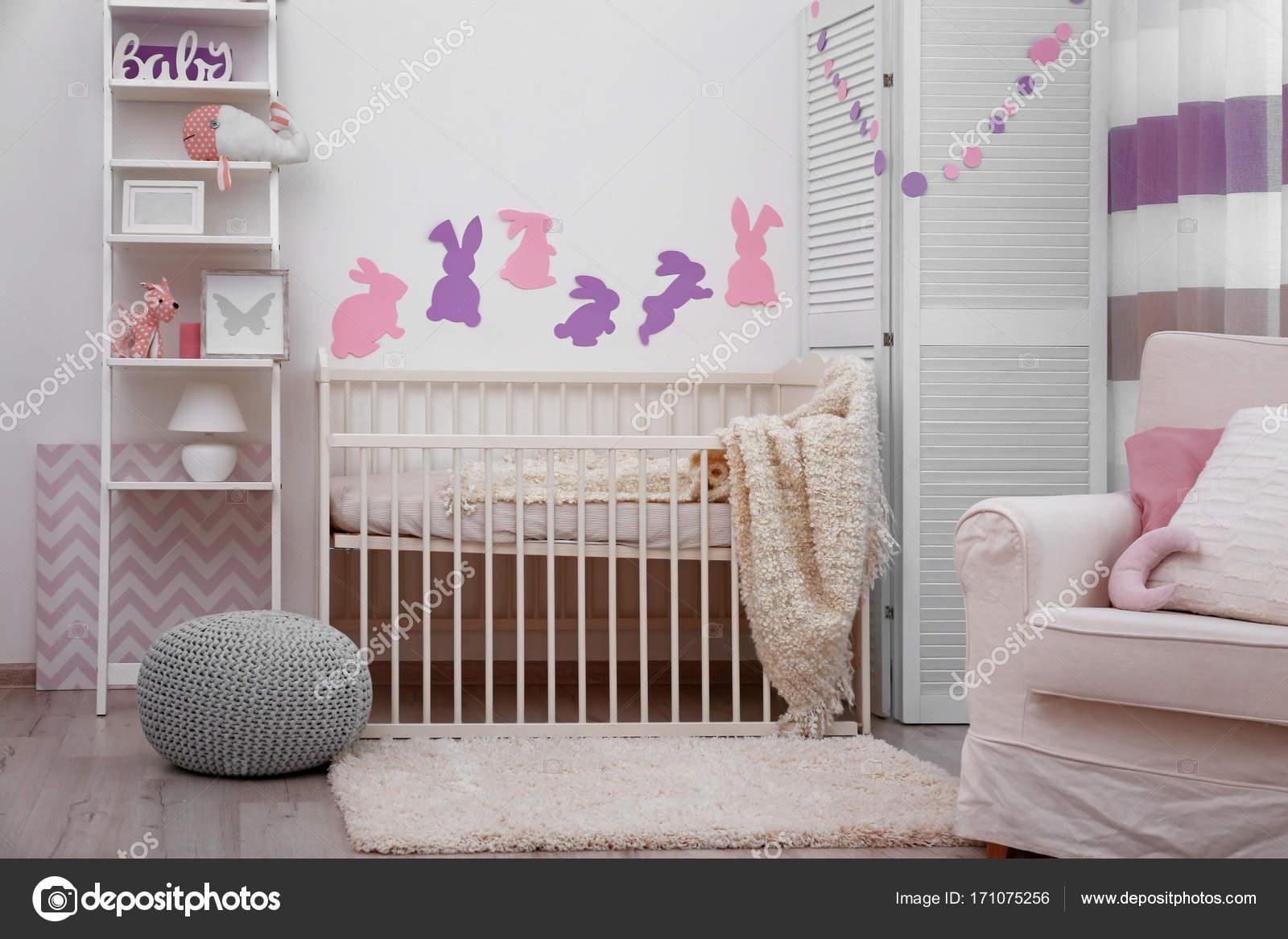 baby slaapkamer met papieren dieren op muur foto van belchonock