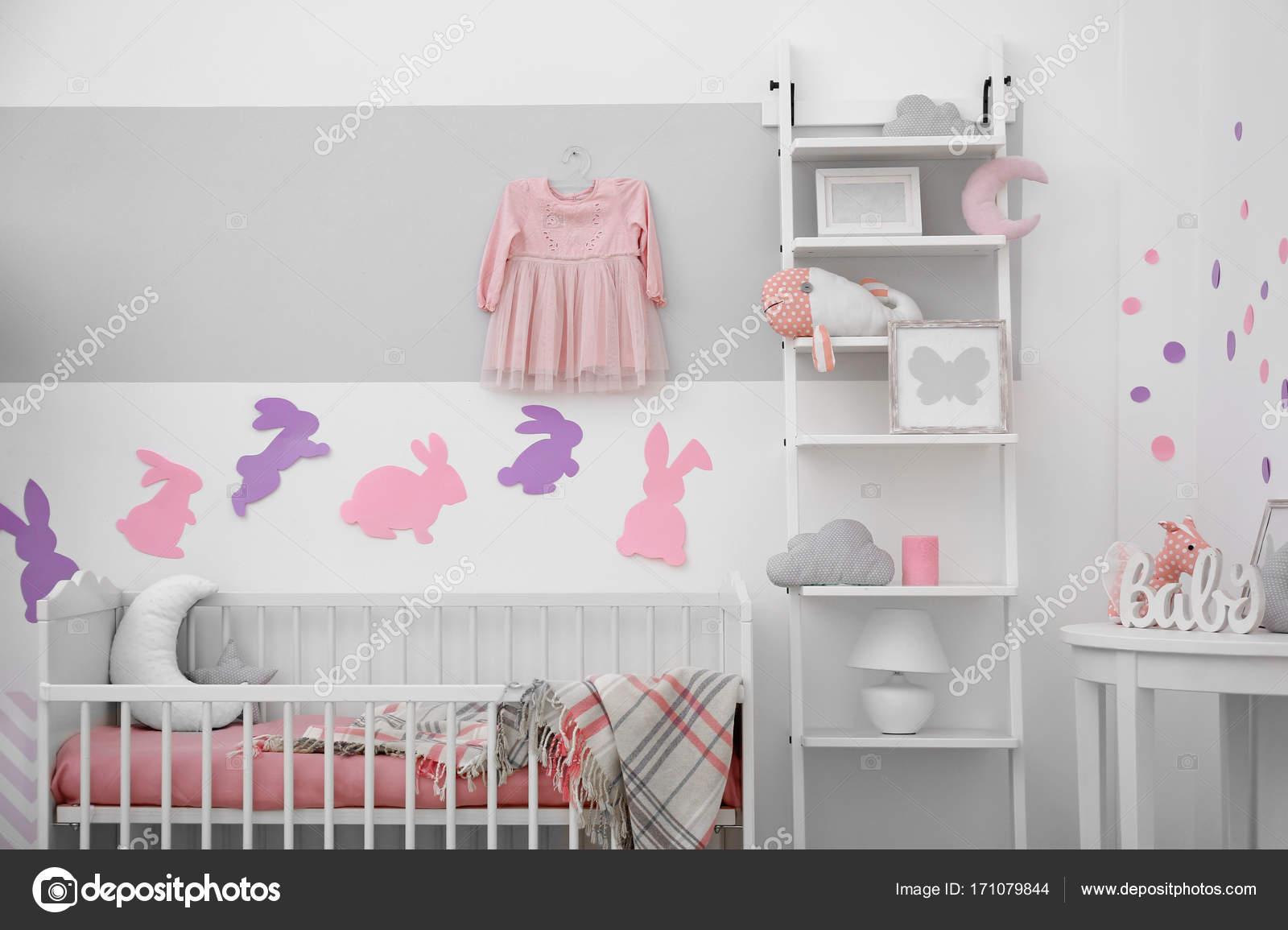 Slaapkamer Voor Baby.Baby Slaapkamer Met Papieren Dieren Op Muur Stockfoto C Belchonock