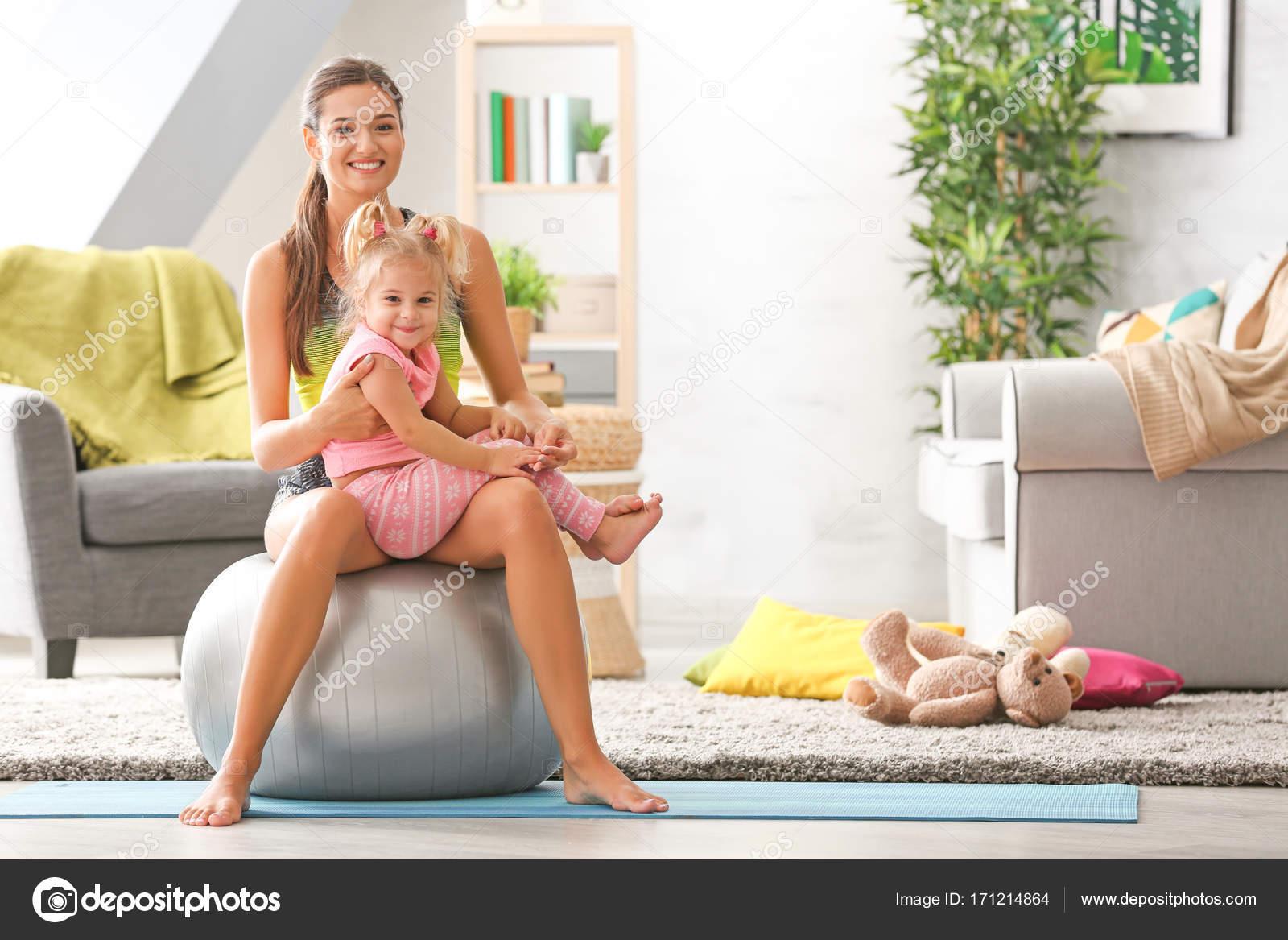 Секс в вагину дочки, Отец заботливо трахает дочь в узкую вагину 27 фотография
