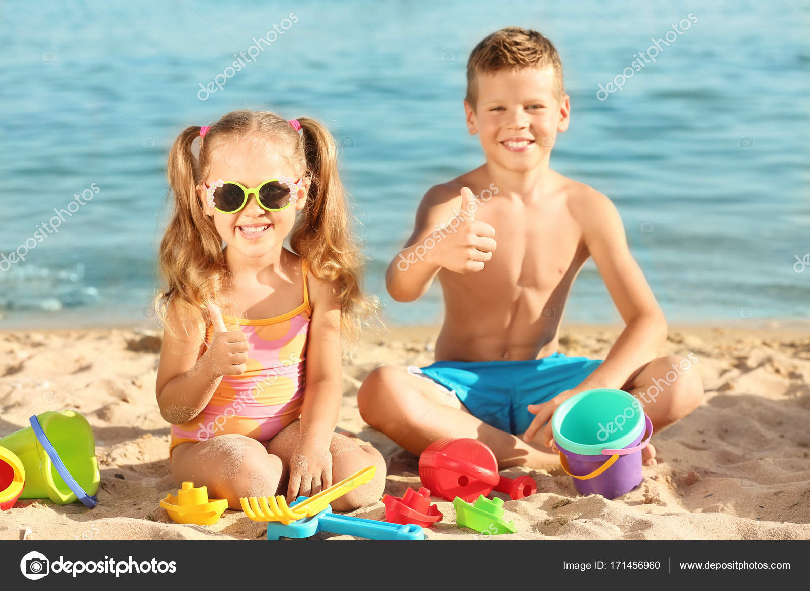8a134348b64 Χαριτωμένο μικρό παιδιά που παίζουν στην παραλία της θάλασσας — Φωτογραφία  Αρχείου