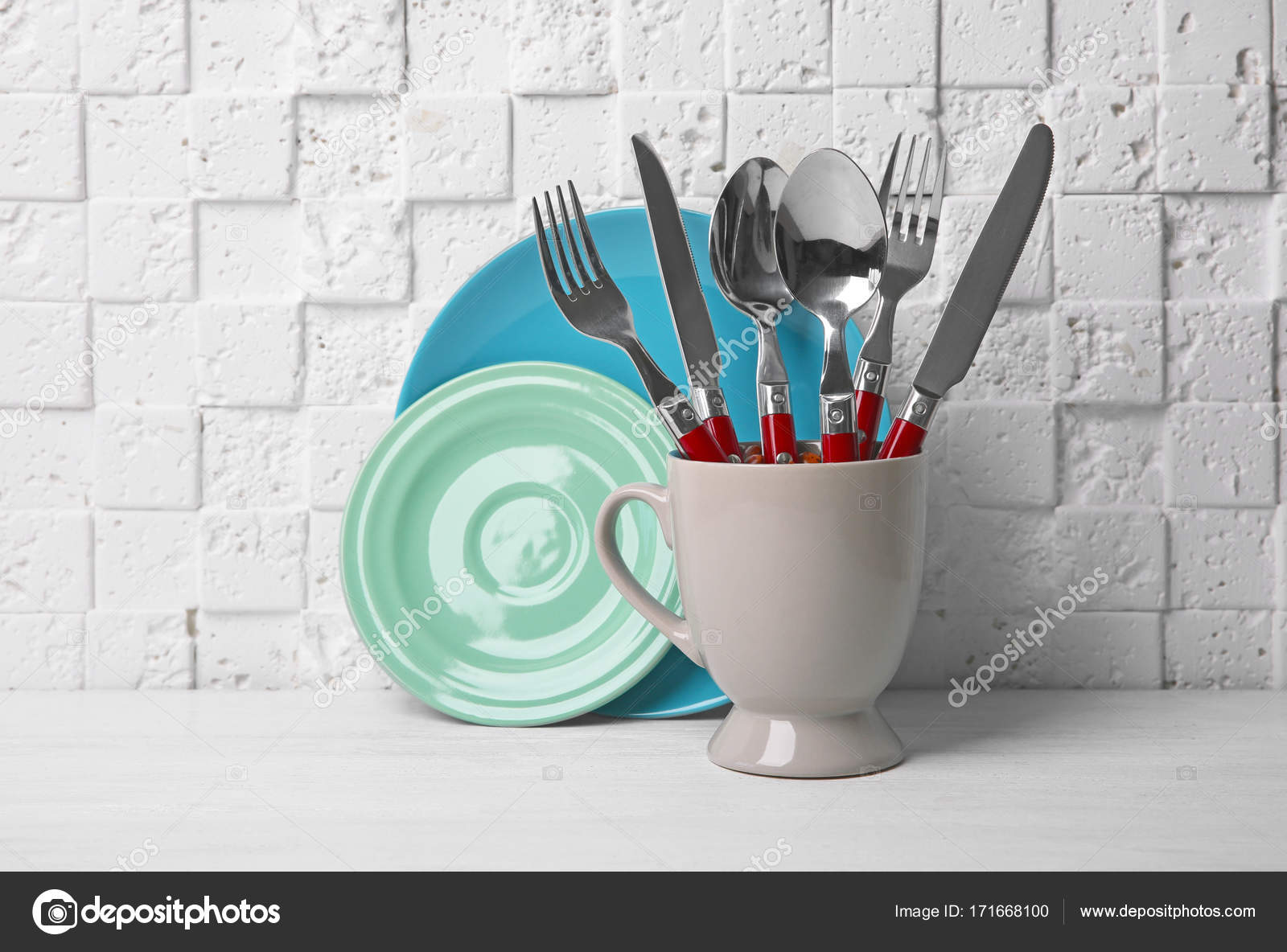 Ensemble de couverts m tal pour tasse sur la table contre for Table a manger contre le mur