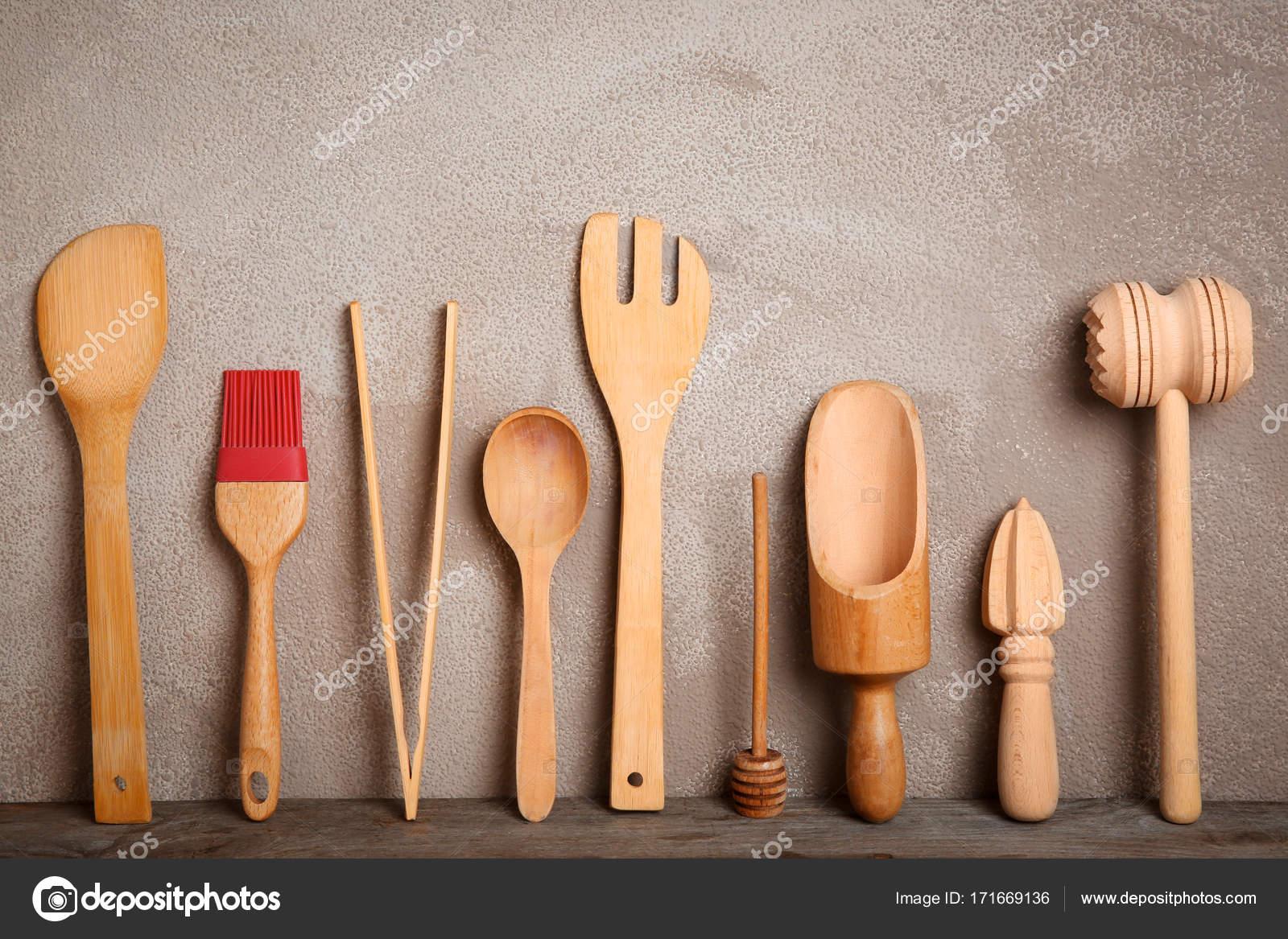 hölzerne Küchenutensilien auf Tisch — Stockfoto © belchonock #171669136