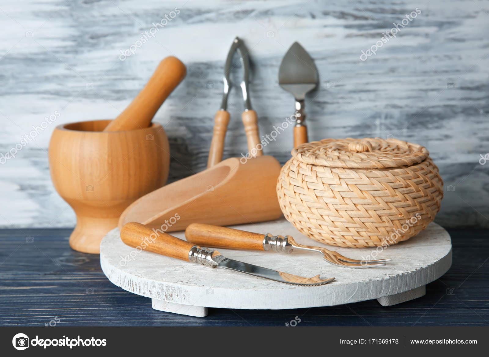 composition avec des ustensiles de cuisine sur la table photographie belchonock 171669178. Black Bedroom Furniture Sets. Home Design Ideas
