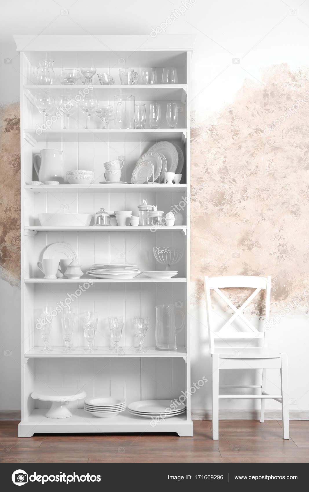 support de rangement avec vaisselle photographie. Black Bedroom Furniture Sets. Home Design Ideas