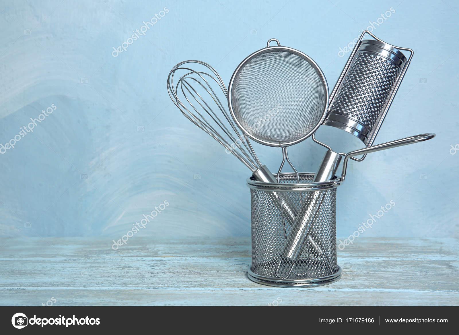 Küchengeräte in Frittierkorb auf Tisch — Stockfoto © belchonock ...