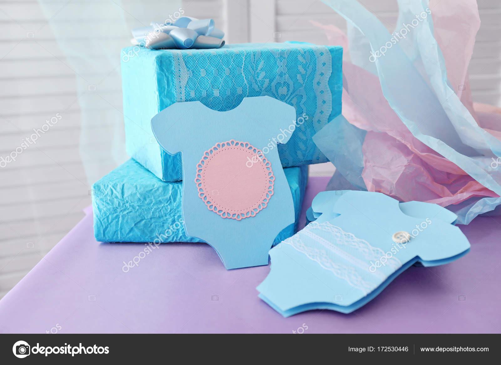 c7b67f79b8cf9 Bebé ducha tarjetas de agradecimiento y regalos en la mesa - como hacer  tarjetas de agradecimiento para baby shower — Foto de belchonock — Foto de  ...