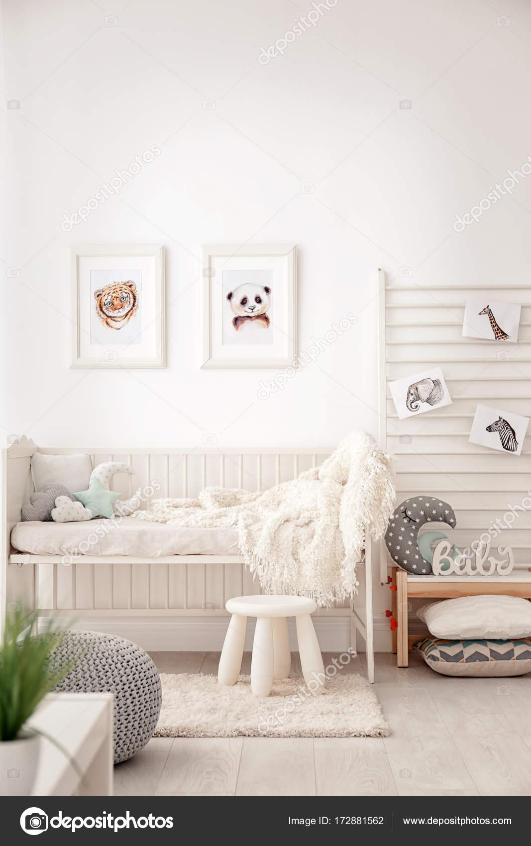 baby slaapkamer met fotos van dieren stockfoto