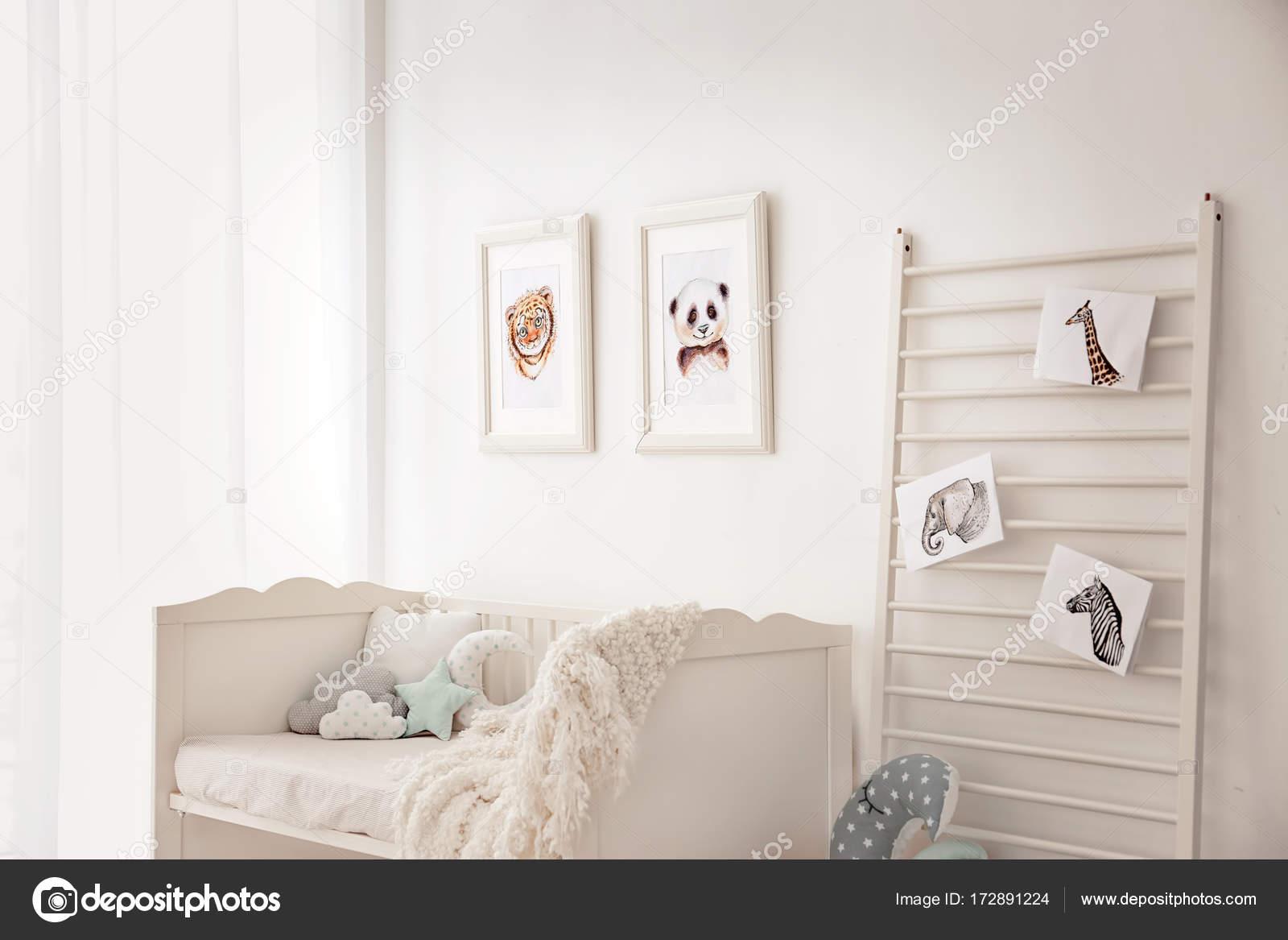 Leuke Ingerichte Slaapkamers : Baby slaapkamer met fotos van dieren u2014 stockfoto © belchonock