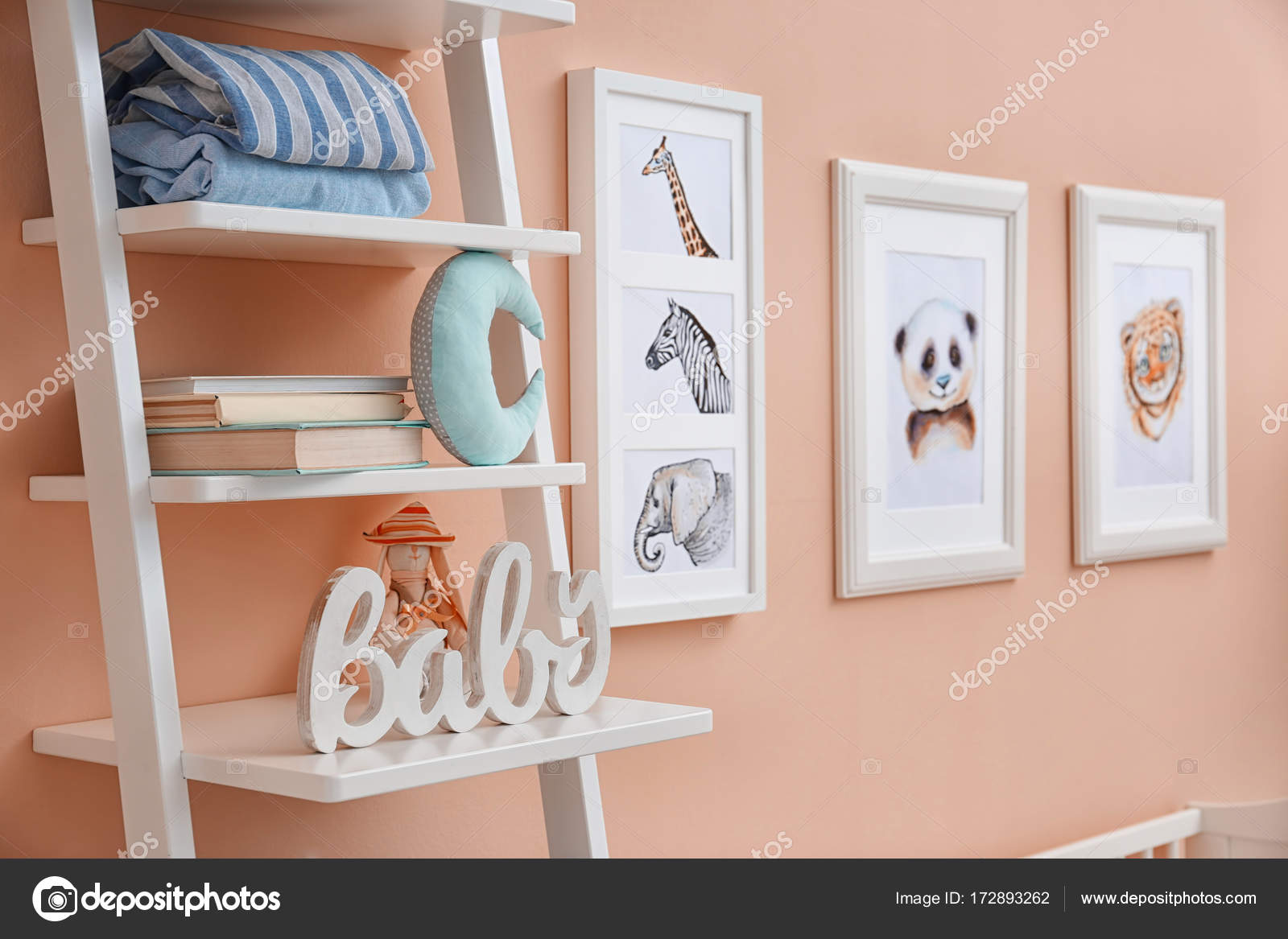 Półki Z Zabawkami I Zdjęcia Zwierząt Na ścianie W Pokoju