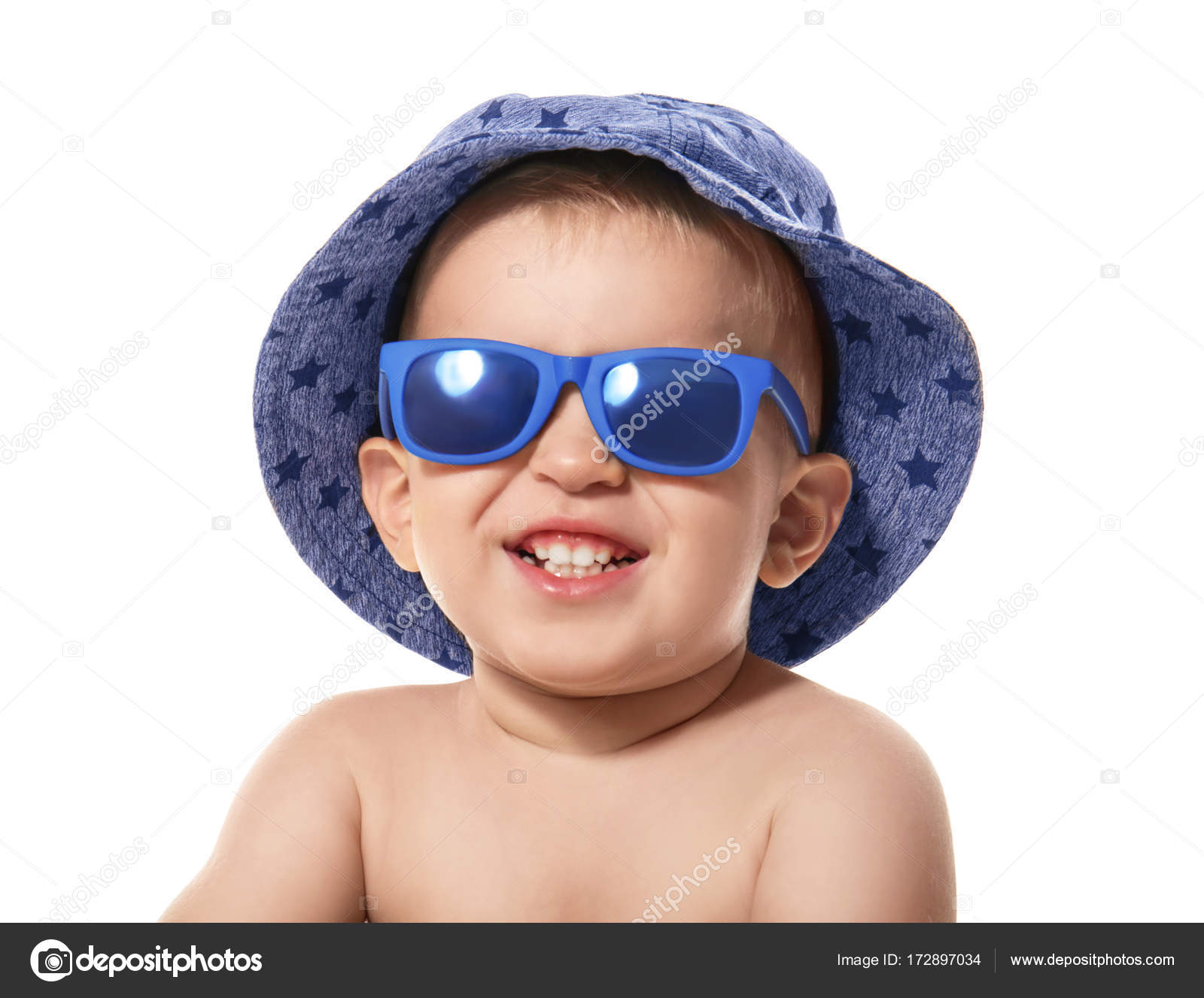 Piccolo bambino sveglio che porta gli occhiali da sole e cappello ... 59312e599fce