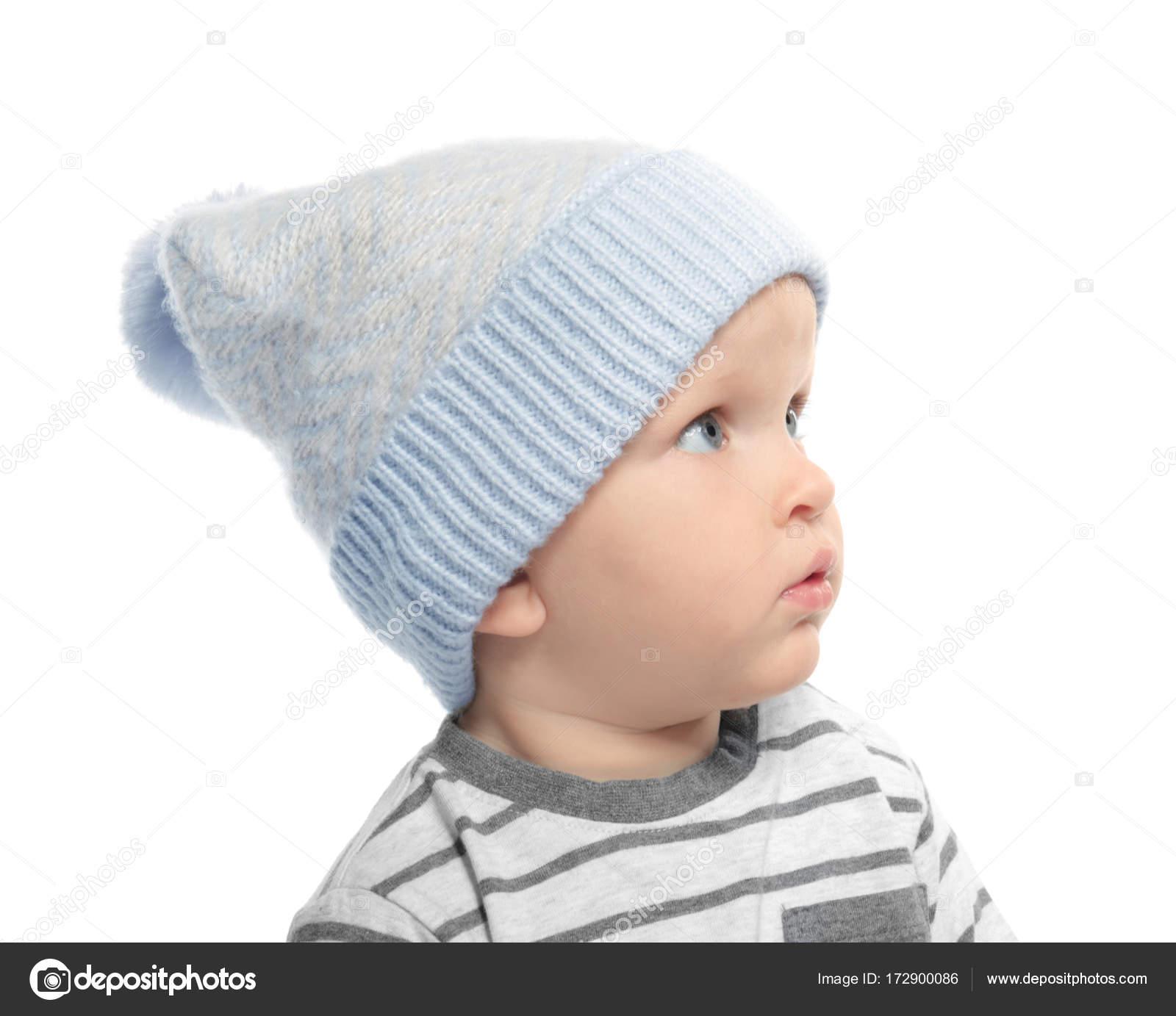 499d69d0f Bebé lindo en sombrero del invierno
