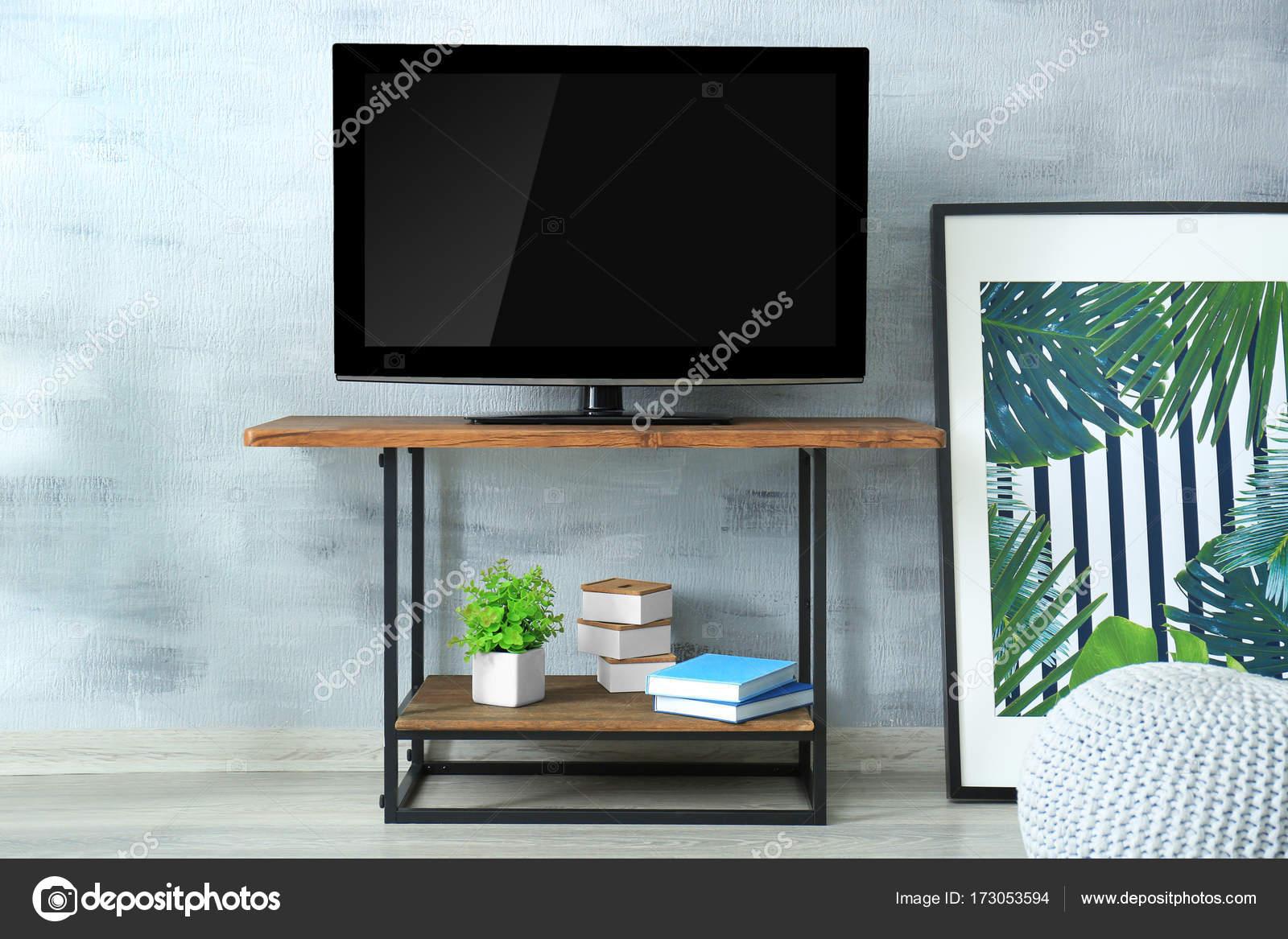 Moderne Tv aangezet in woonkamer — Stockfoto © belchonock #173053594