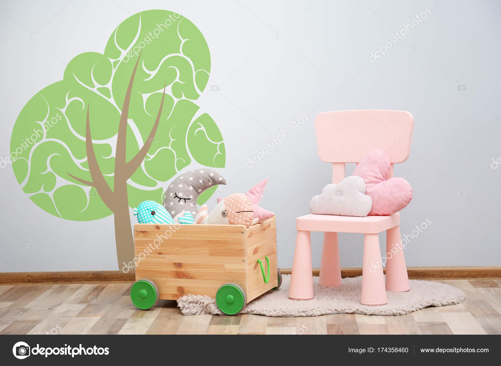 Stuhl mit Spielsachen im Kinderzimmer — Stockfoto © belchonock ...