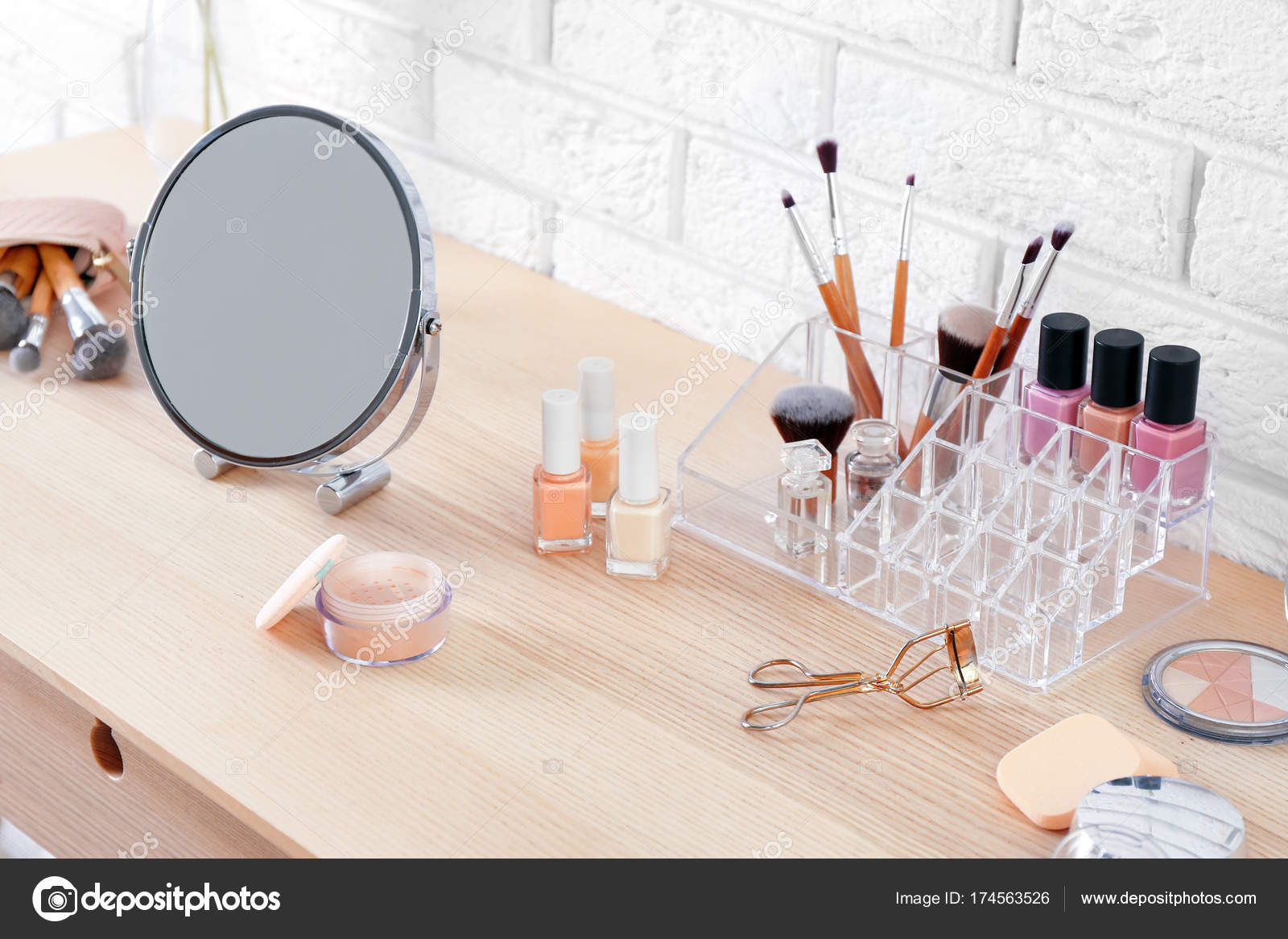 Kaptafel Met Spiegel : Cosmetische aangezet kaptafel met spiegel u2014 stockfoto © belchonock